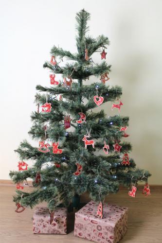 Новогодняя ель украшенная игрушками из фанеры